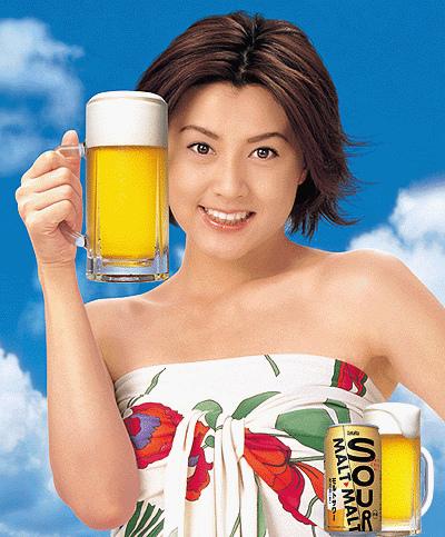 ビールを手に持って涼し気な藤原紀香
