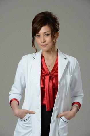 赤い服の上に白衣をきるセクシーな女医の藤原紀香