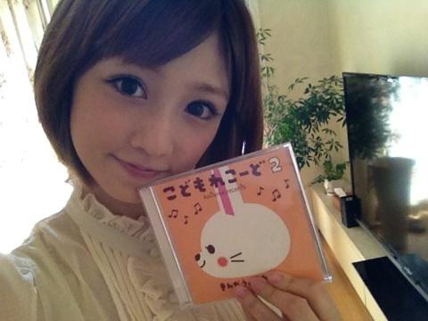 子供さんの為のCDを手に笑顔の小倉優子