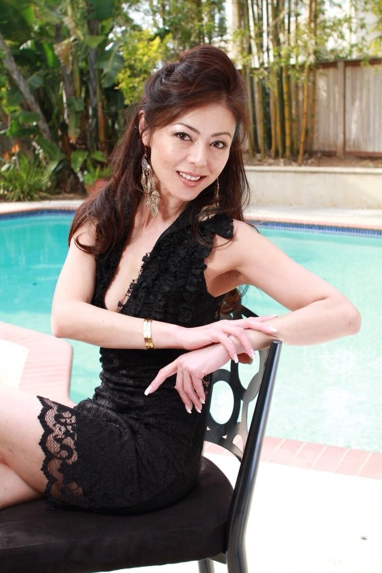 プール付きの庭でくつろぐ武田久美子